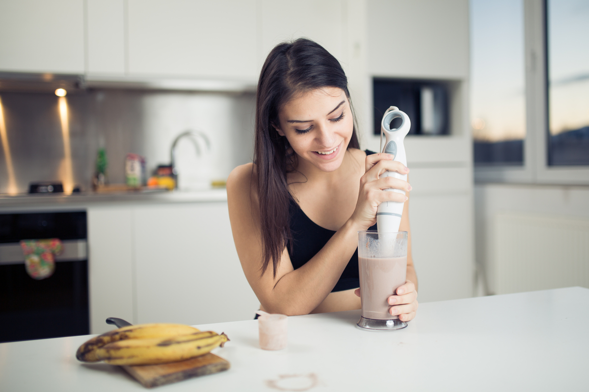 woman runs caloric deficit with smoothie